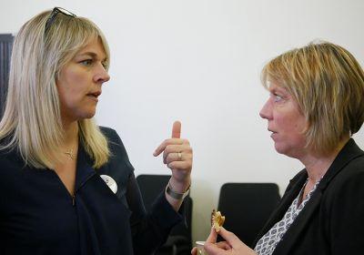 Discussion entre une conseillère entreprise Pôle emploi et une responsable d'entreprise lors d'un petit-déjeuner digital à Verdun