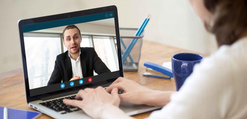 Manager en visioconférence avec une employée en télétravail
