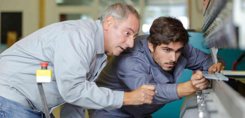 Un jeune apprend le métier avec ton tuteur.