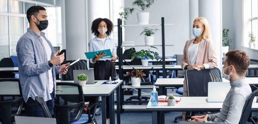 employés masqués dans bureaux spacieux