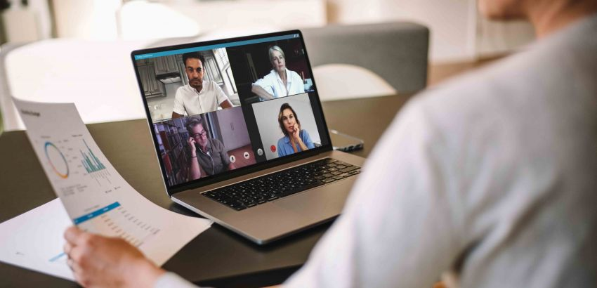 Ecran de l'ordinateur d'une salariée en visioconférence.