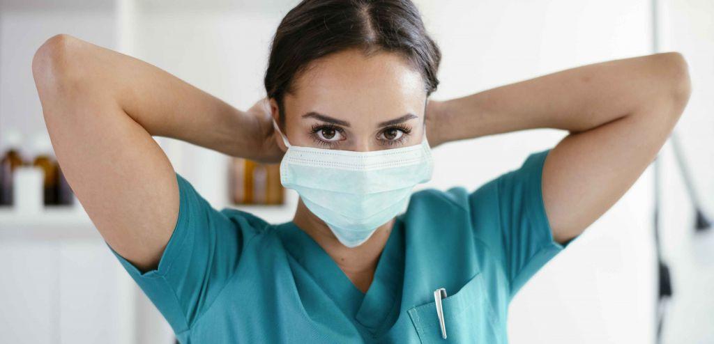 Aide-soignante portant un masque.