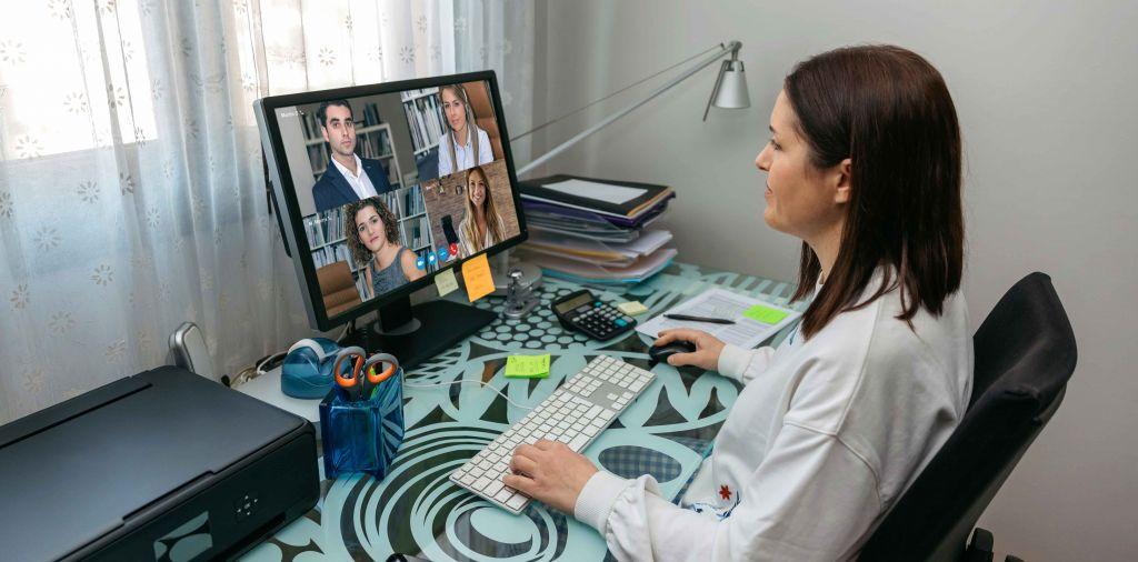 Salariée en télétravail participant à une réunion virtuelle.